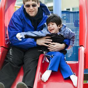 Isä ja poika liukumäessä. Kuva: Shutterstock
